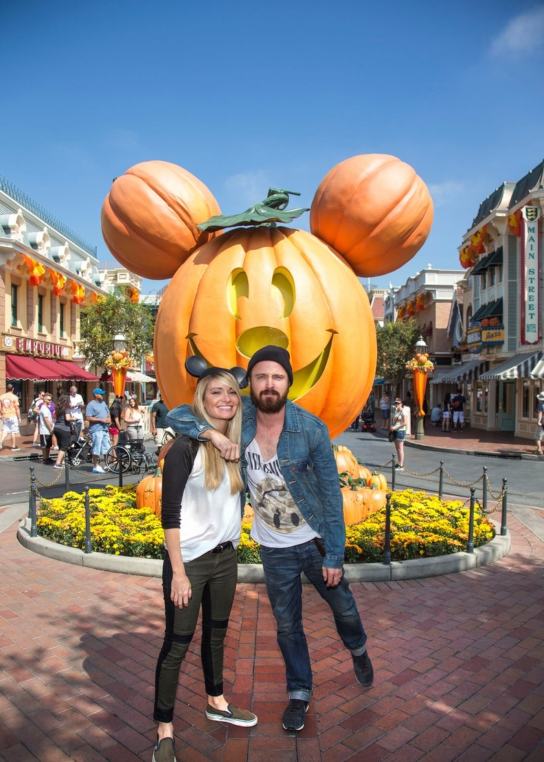 aaron-paul-visits-disneyland-breaking-bad-episode-record-05.jpg