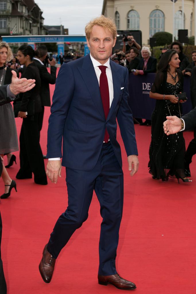Jason Clarke Em ocasiões diurnas, é permitido variar mais nos tons. Foi o que o ator australiano fez. Bela combinação de cores sem ser ousado demais.