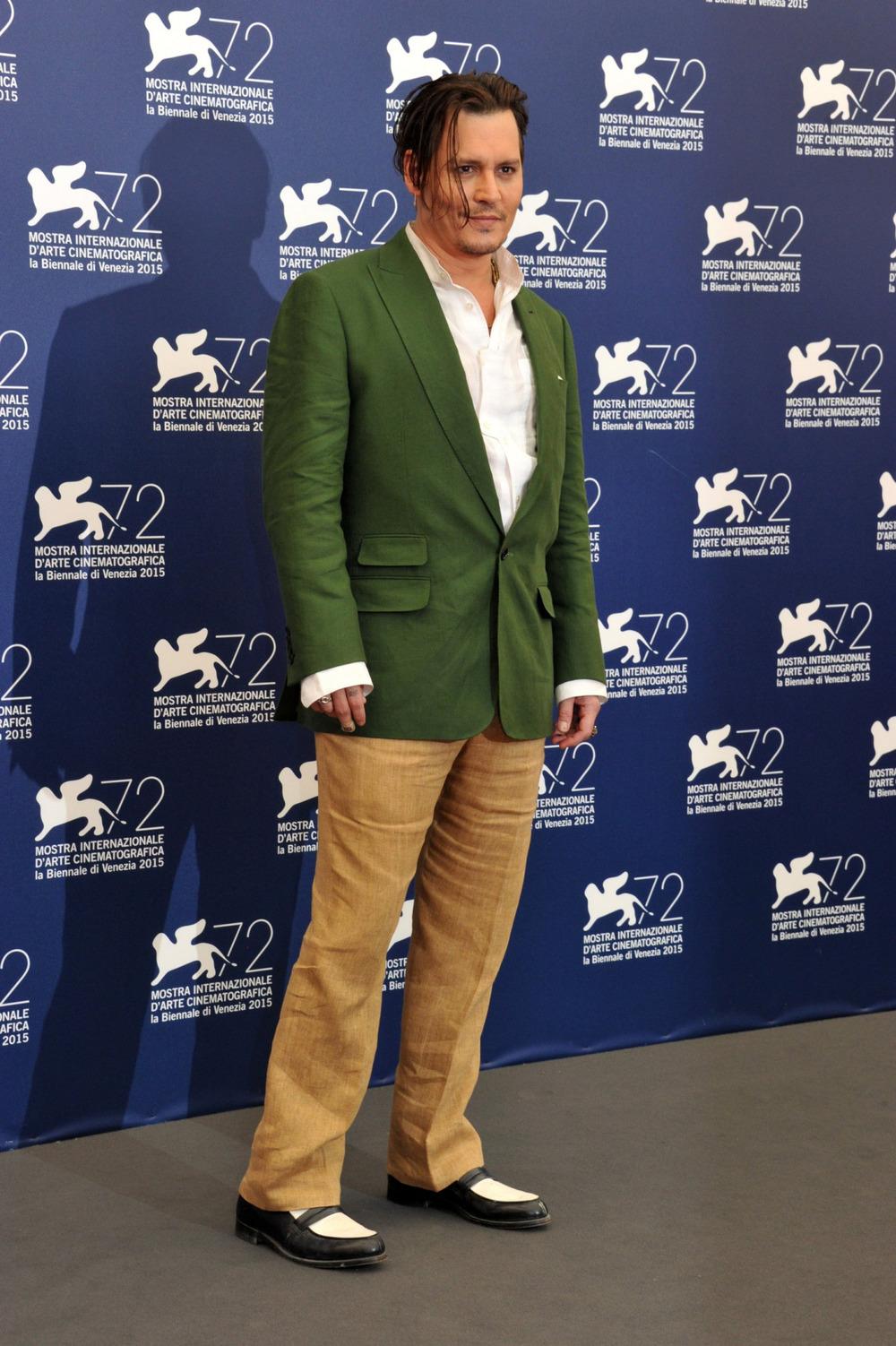 Johnny Depp Johnny Depp éJohnny Depp, né? Mas não custa muito atentar para as medidas. Sobre as cores, ok, meio diferentes. Mas o caimento do traje foi o que deixou o resultado assim, tão estranho.