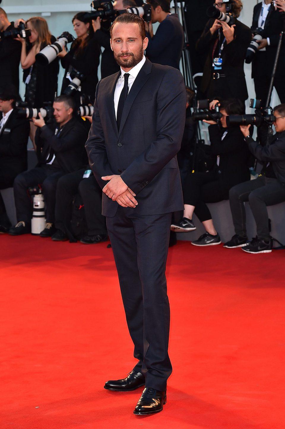 Matthias Schoenaerts O ator belga foi outro que acertou na hora de se vestir para a noite. A combinação do marinho com preto foi acertada. Faltou só aquela passada no alfaiate para acertar as medidas do paletó.