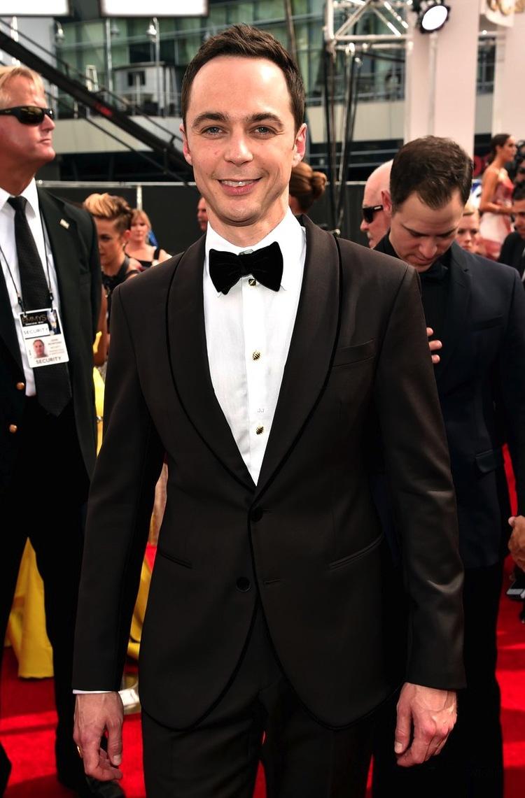 Jim Parsons, da série 'Big Bang Theory', é sempre uma figura a ser notada. No ano passado ele investiu no blazer de lapela arredondada e na camisa com detalhes nos botões. Simples, discreto e original.