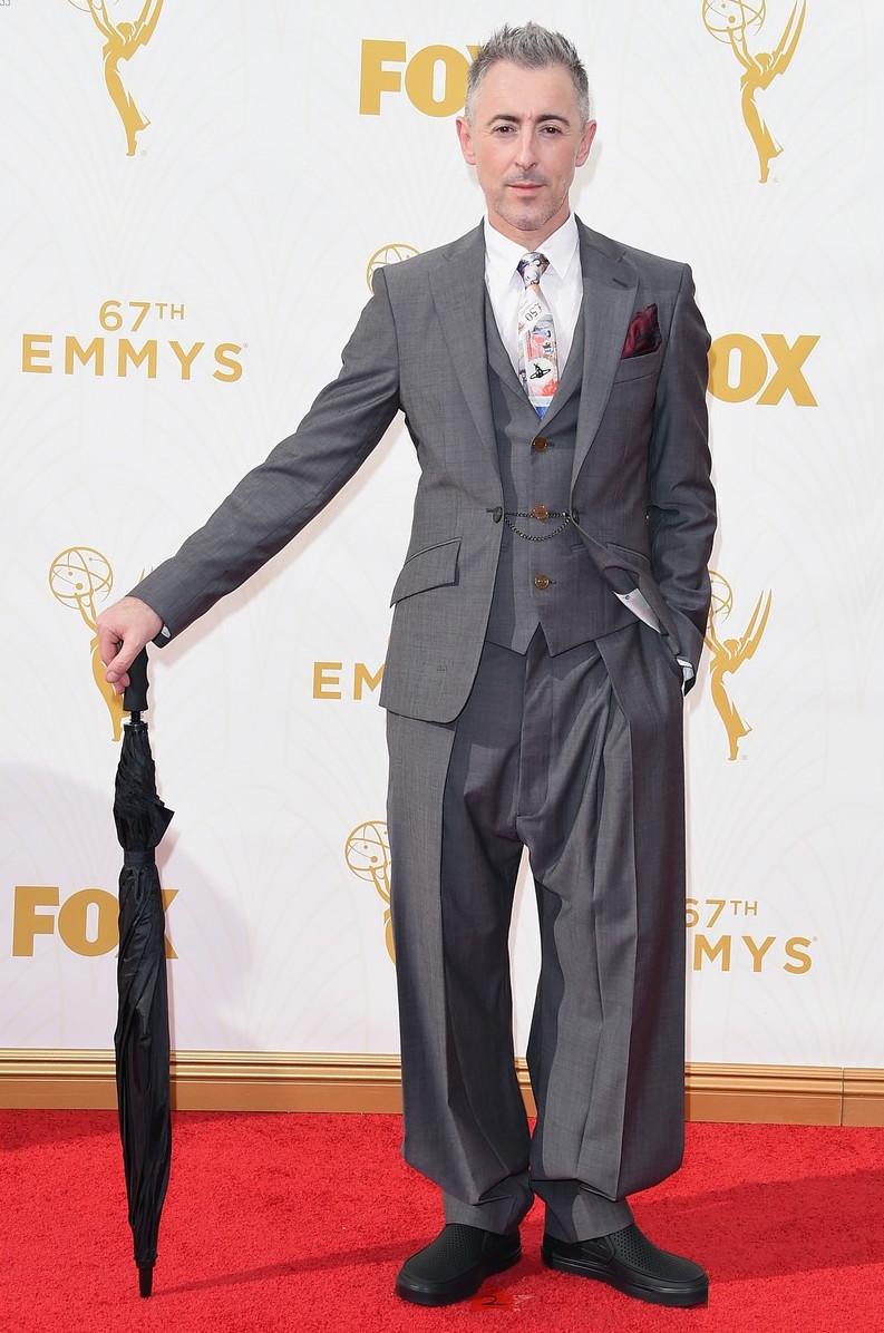 Alan Cummings é um ator cujo estilo nem sempre agrada. Fã dos costumes mais ousados e espalhafatosos, na noite de ontem ele mais uma vez aprontou das suas. Olhando da cintura para cima, o traje até que ficou interessante. Agora, a calça...