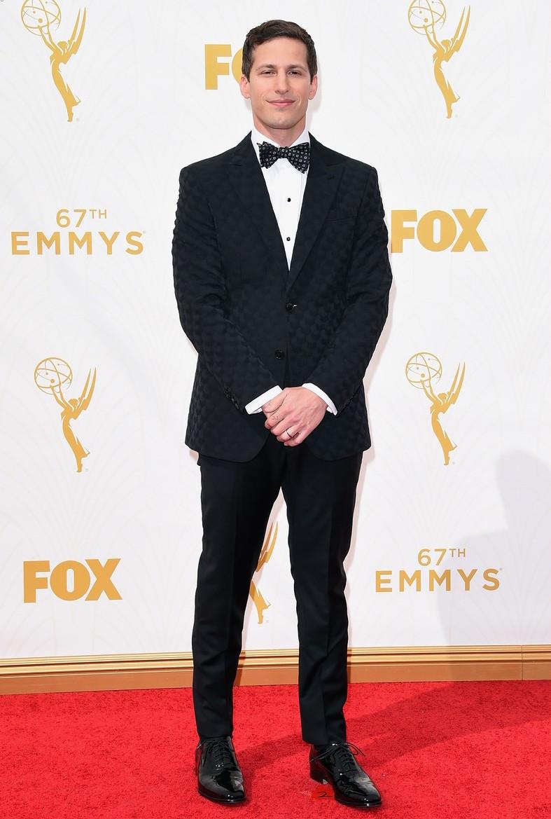 No papel de apresentador da noite, o hilário comediante Andy Samberg mostrou bastante sabedoria na hora de investir em um smoking com uma textura discreta e elegante.