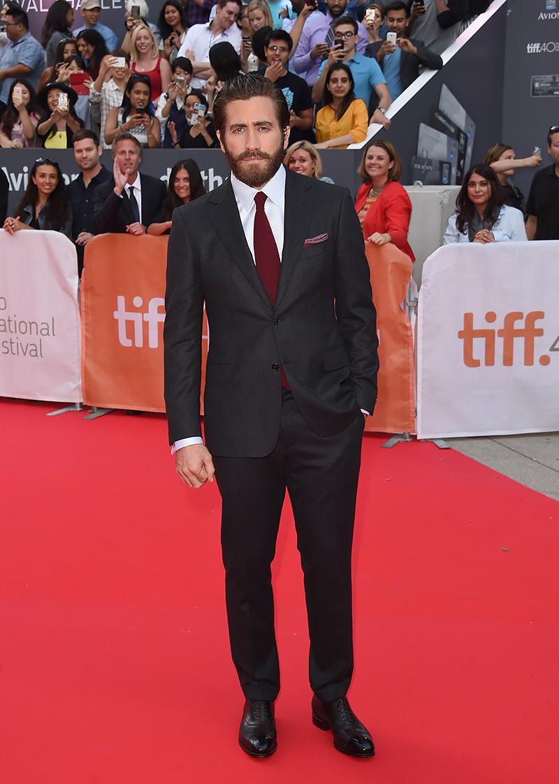 Jake Gyllenhaal tem dado o que falar em 2015. Não apenas por suas atuações primorosas, mas também pela sua elegância ao aparecer publicamente. O traje escolhido para o TIFF 2015 representa isso muito bem. Simples, discreto e muito elegante. Destaque para o lenço no bolso e a sempre invejável coleção capilar.