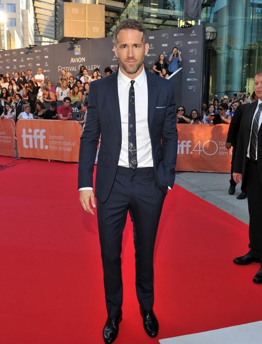 Ryan Reynolds abre a nossa galeria pois foi um dos destaques do evento. Junto do seu impecável terno slim, com uma interessante gravata estampada, o ator canadense não deixou margem para qualquer tipo de comentário negativo.