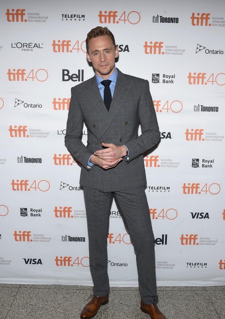 Fechando a nossa galeria com mais um importante membro da elegância inglesa dos últimos anos. Tom Hiddleston, um dos homens mais bem vestidos da atualidade, só confirmou aquilo que falamos aqui há algum tempo: ele sabe, como poucos, vestir um terno.