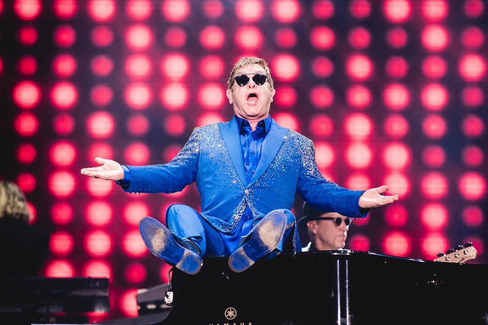 Fechando a nossa galeria, um verdadeiro ícone. Ok que ele veste aqueles ternos brilhosos e cheios de cru cru. Mas Elton John, assim como Rod Stewart e muitos outros, faz parte de um seleto grupo de deuses da música que podem vestir o que bem entenderem. Têm crédito de sobra.