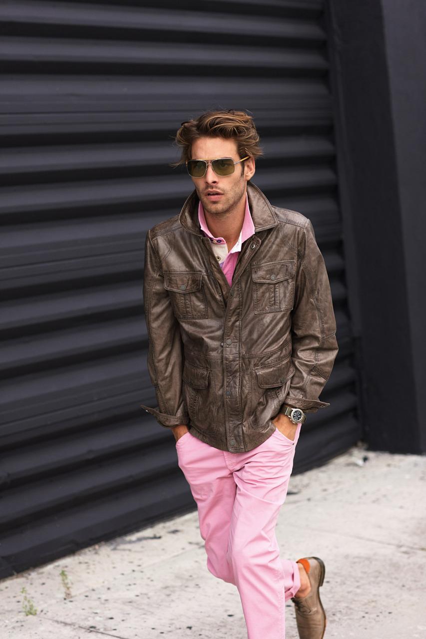 Marrom. Talvez a menos comum. E ainda assim, uma rica combinação. Marrom é também uma cor séria, mas que quando colocada ao lado do rosa, transforma o visual em algo leve e mais divertido, podemos dizer.