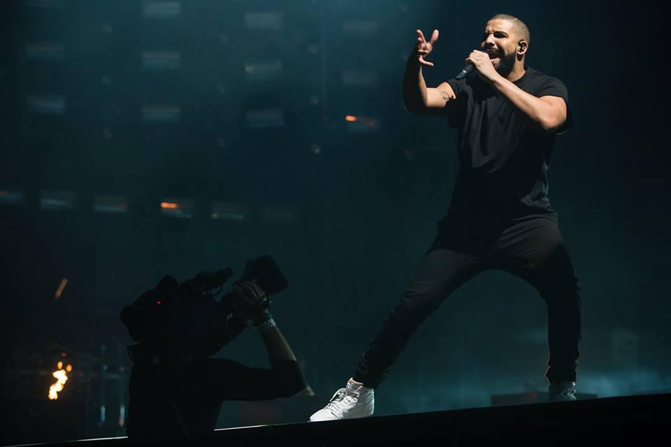 Trocando mais uma vez de gênero, tivemos também a presença de Drake. Tudo bem que ele não é daqueles rappers que ostentam jóias e mais jóias pelo corpo, mas ainda assim, podia caprichar mais. Preto com preto? Ótimo, mas o tênis branco gigante nos parece desnecessário.