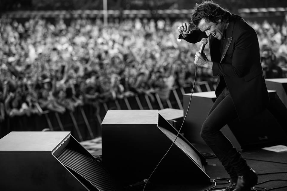Longe (por enquanto) dos companheiros de Killers, Brandon Flowers subiu no palco para mostrar o seu projeto solo. Em termos de estilo, o rapaz está de parabéns. Sobretudo preto, calça preta e nada de exageros.