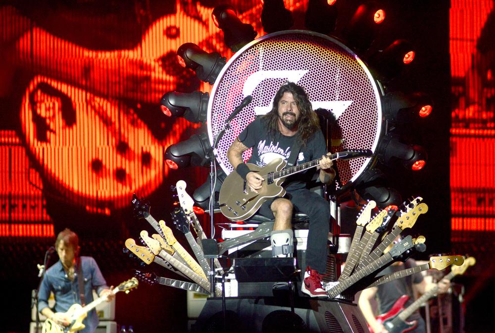 Abrindo a galeria, Dave Grohl e cia (Foo Fighters), que fizeram o escarcéu de sempre, com direito a trono de guitarras e tudo. No figurino, o tradicional visual rock básico: camiseta, calça jeans e tênis. Como se eles precisassem de mais para chamar a atenção...