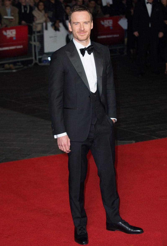 Michael Fassbender Começando com um dos principais convidados do evento. Fassbender, que vive Steve Jobs na mais nova produção de Danny Boyle, apareceu na exibição do seu filme vestindo esse smoking clássico, com lapela em ponta e colete de 5 botões. Perfeito.