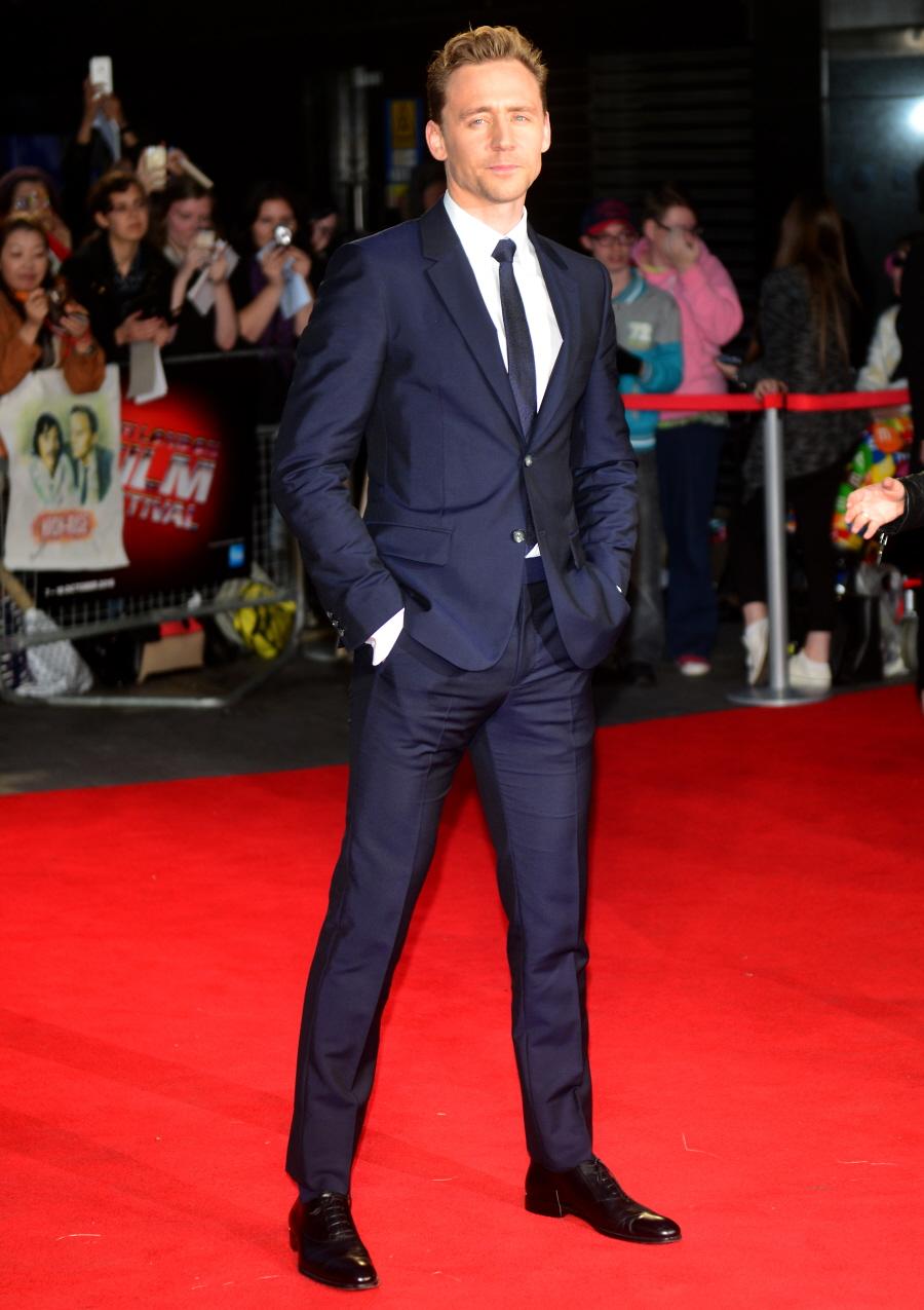 Tom Hiddleston Das suas últimas 10 aparições, sem dúvida nenhuma, em todas Tom Hiddleston esteve impecável. E nesse festival não foi diferente. Traje marinho sem exageros e um corte absolutamente perfeito.