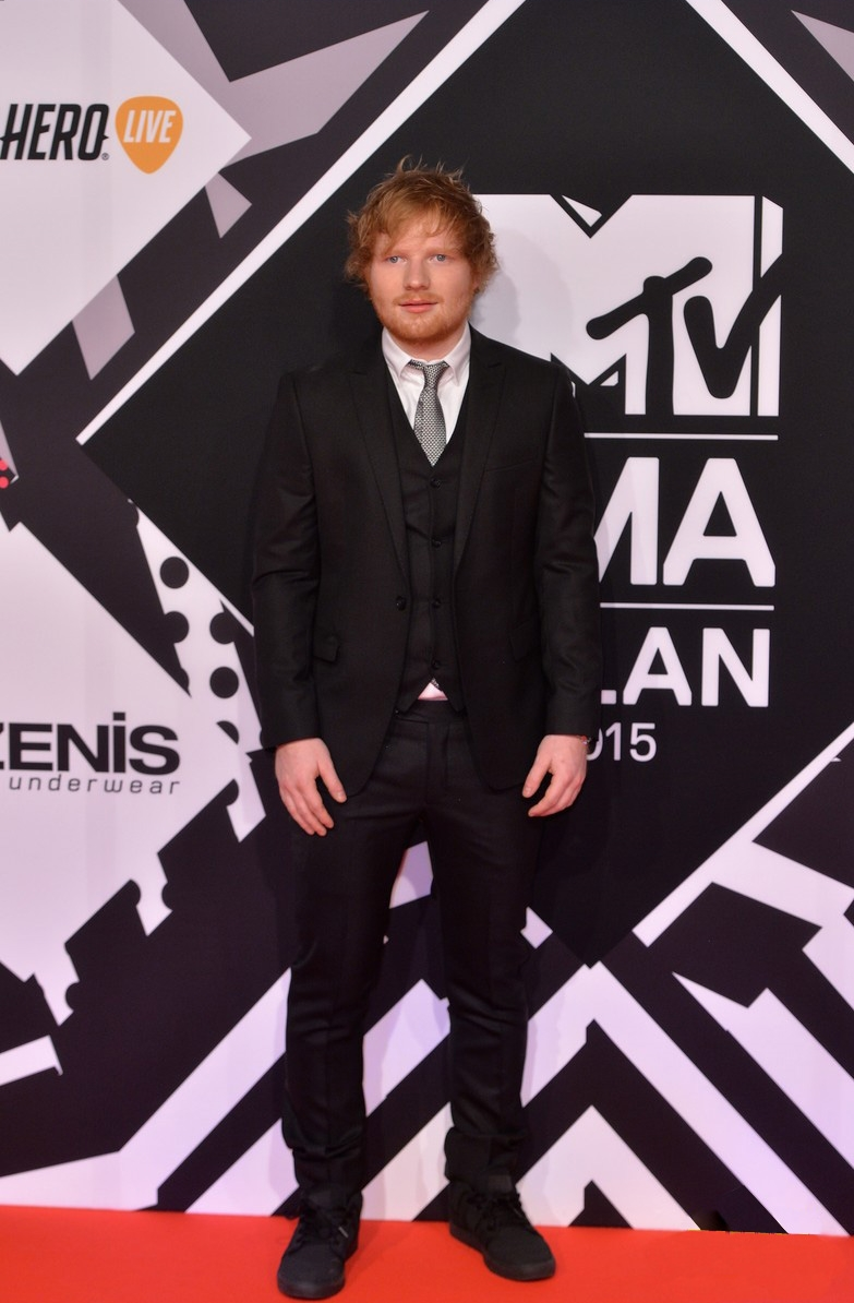 No papel de apresentador da noite, o cantor inglês Ed Sheeran fez bem em vestir um terno de três peças. Só faltou o mesmo capricho para o sapato. Um modelo mais formal ou até mesmo uma bota preta seriam mais adequados.