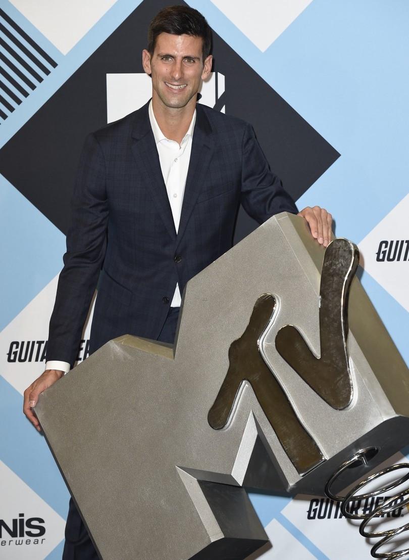Destaque nas quadras e podemos dizer que fora delas também. Novak Djokovic garantiu um lugar entre os mais bem vestidos da noite apostando no simples. Terno com estampa discreta e camisa branca. O suficiente para se destacar.