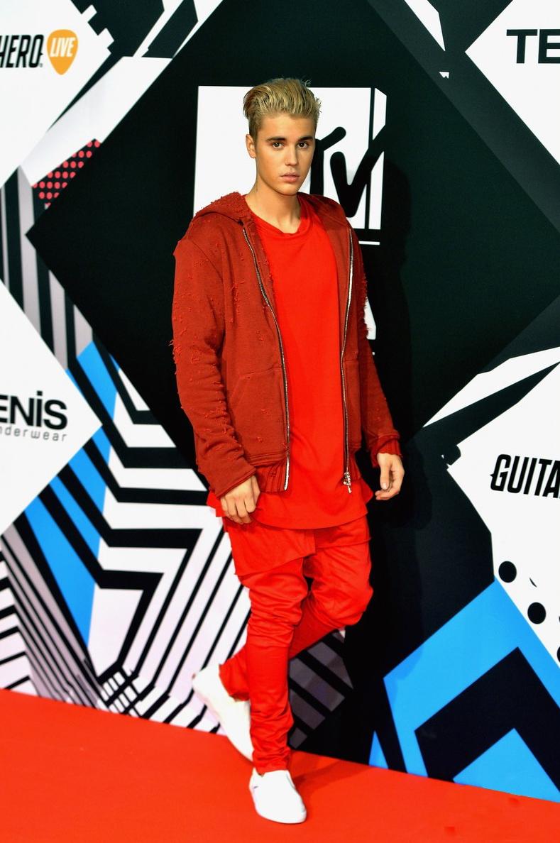 Fechando a nossa galeria com um clássico desse tipo de evento. Justin Bieber, que não costuma se enquadrar no perfil de elegância que tanto prezamos. E o costume vermelho total de ontem não ajudou em nada.