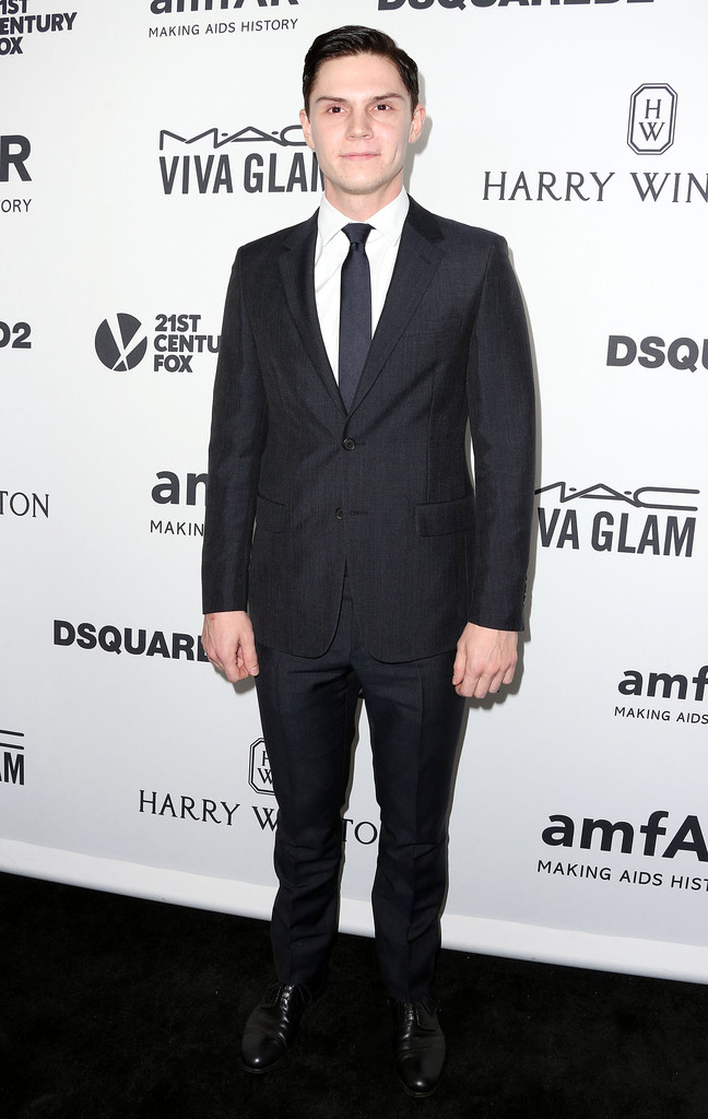 """Quantas vezes já falamos """"na dúvida, aposte no simples""""? E Evan Peters sabe muito bem fazer isso. Em vez de ousar em estampas e cores, ele se dedica ao caimento do costume. Um alfaiate talentoso ao lado pode transformar um figurino simples em um traje impecável como esse."""