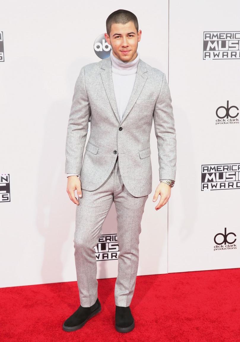 Trajes claros nem sempre são fáceis de vestir. No caso de Nick Jonas, o caimento foi perfeito. Sem sobras ou partes muito justas. Apenas trocaríamos a malha de gola rolê por uma camisa lisa branca ou preta. Como costumam dizer: fica a dica.
