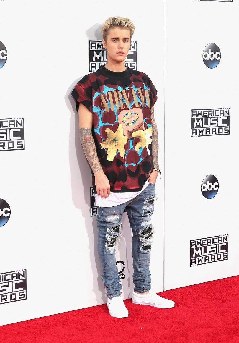A história mais uma vez se repete:Justin Bieber e a sua necessidade de vestir trajes polêmicos. Confessamos que essa não foi a pior escolha da vida do rapaz, mas ainda assim...Nada de errado em vestir camiseta de banda ou calça jeans rasgada. Porém é sempre bom cuidar dos exageros e do excesso de informação.