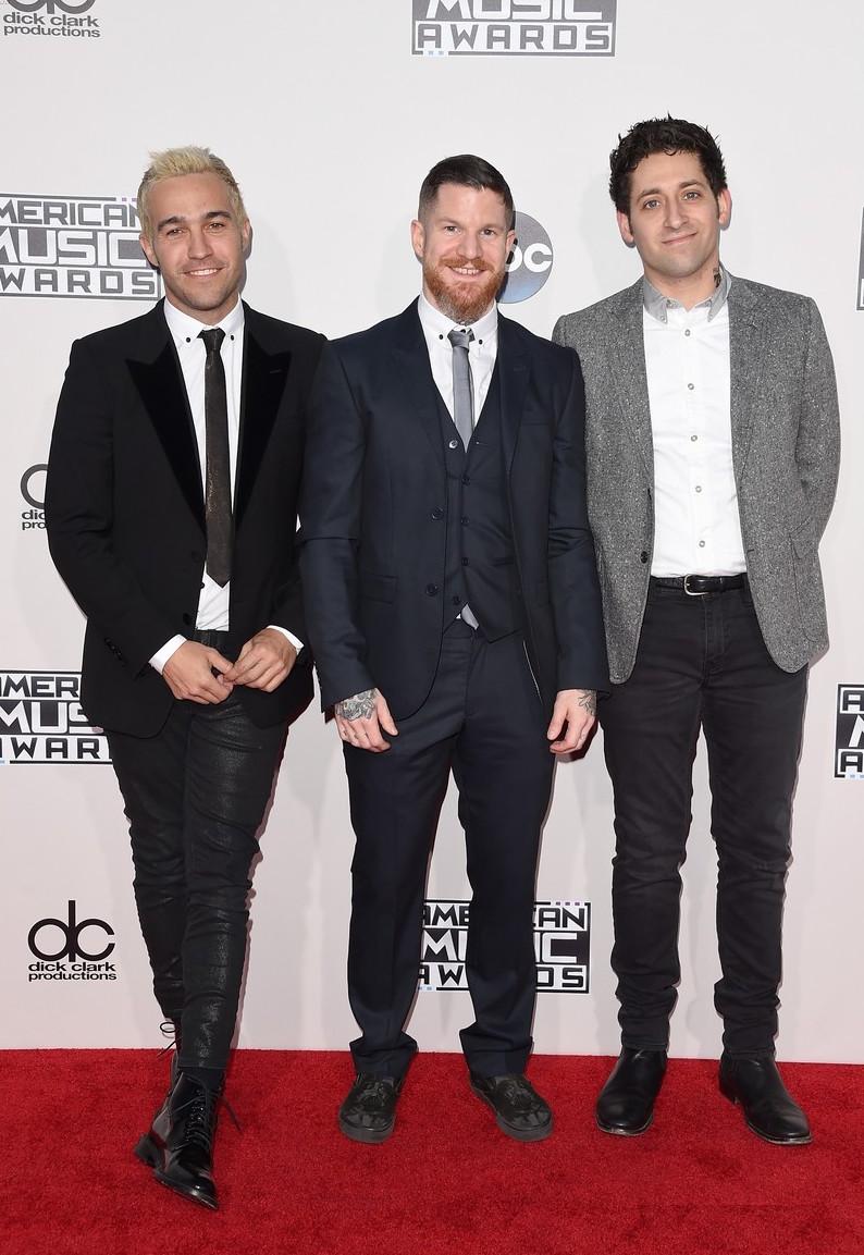 Os rapazes do Fall Out Boy também capricharam nas vestes para desfilar pelo tapete vermelho. Se fossemos especificar os detalhes que mereciam mais cuidado, seriam eles: a calça de couro -que também é justa demais e o traje do meio - que tem mangas e barra longas demais. De resto, perfeitos.