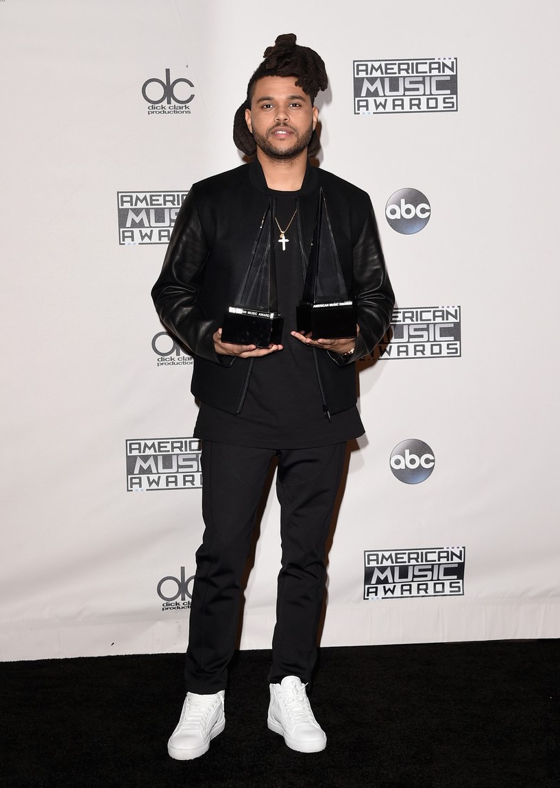 Às vezes não parece que o The Weeknd usa sempre a mesma roupa? Discreto, pelo menos ele é. Preto com preto é uma das combinações mais fáceis de fazer. Aliás, o mesmo poderia ter sido feito nos pés...