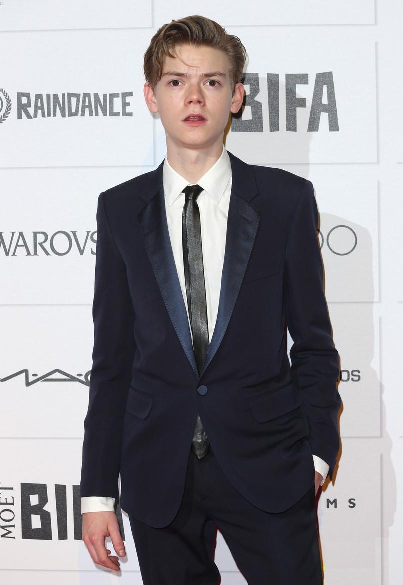 """Thomas Brodie-Sangster, aquele menino franzino de """"Simplesmente Amor"""" cresceu mesmo. E nem mesmo o brilho na lapela e na gravata tiraram dele o posto de um dos mais elegantes da noite. Bom gosto acima de tudo."""