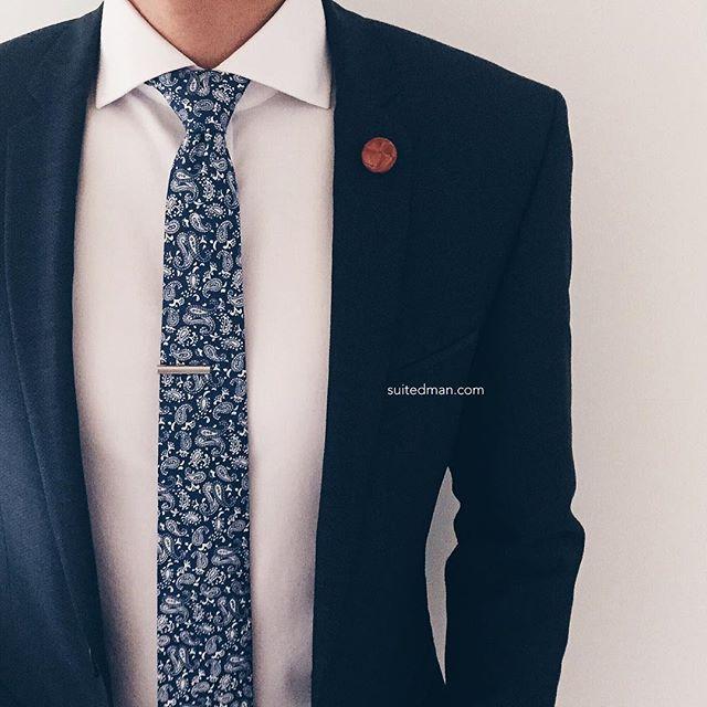 @suited_man   Criado pela loja SuitMan, especializada em acessórios, o perfil da marca na rede social é também uma excelente fonte de inspiração na hora de montar um figurino. São centenas de combinações envolvendo blazers, camisas, jaquetas, gravatas, lenços, camisetas e muito mais.