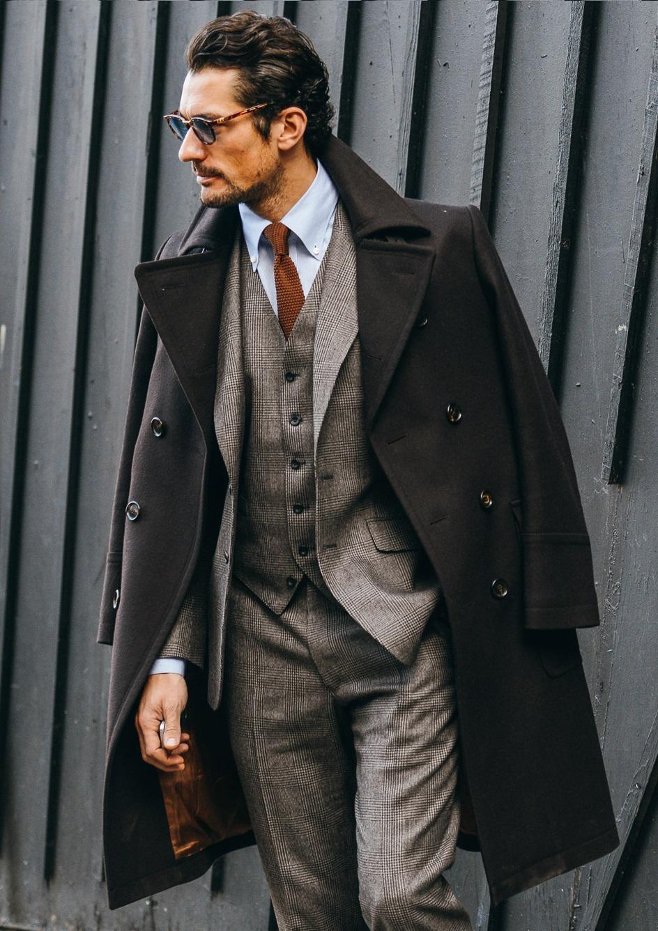 David Gandy Mais um que segue firme e intocável na nossa lista. Gandy é hoje um dos modelos mais famosos, ricos e elegantes do mundo. Seu perfil clássico torna ele ainda mais diferenciado em meio aos demais. Um legítimo inglês da Savile Row.