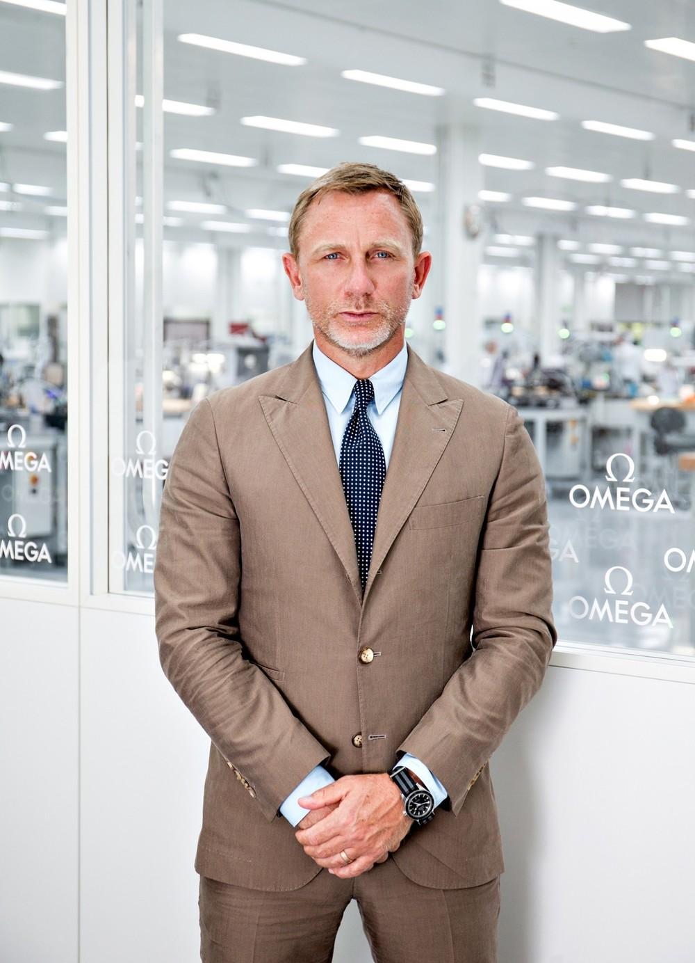 """Daniel Craig 2015 foi ano de """"Spectre"""", novo filme da saga """"007"""". Isso quer dizer que vimos muito Daniel Craig por aí. E sempre muito bem vestido, é claro. Mostrando que de nada adianta ser o espião mais elegante do mundo sem seguir o mesmo padrão fora das telas."""