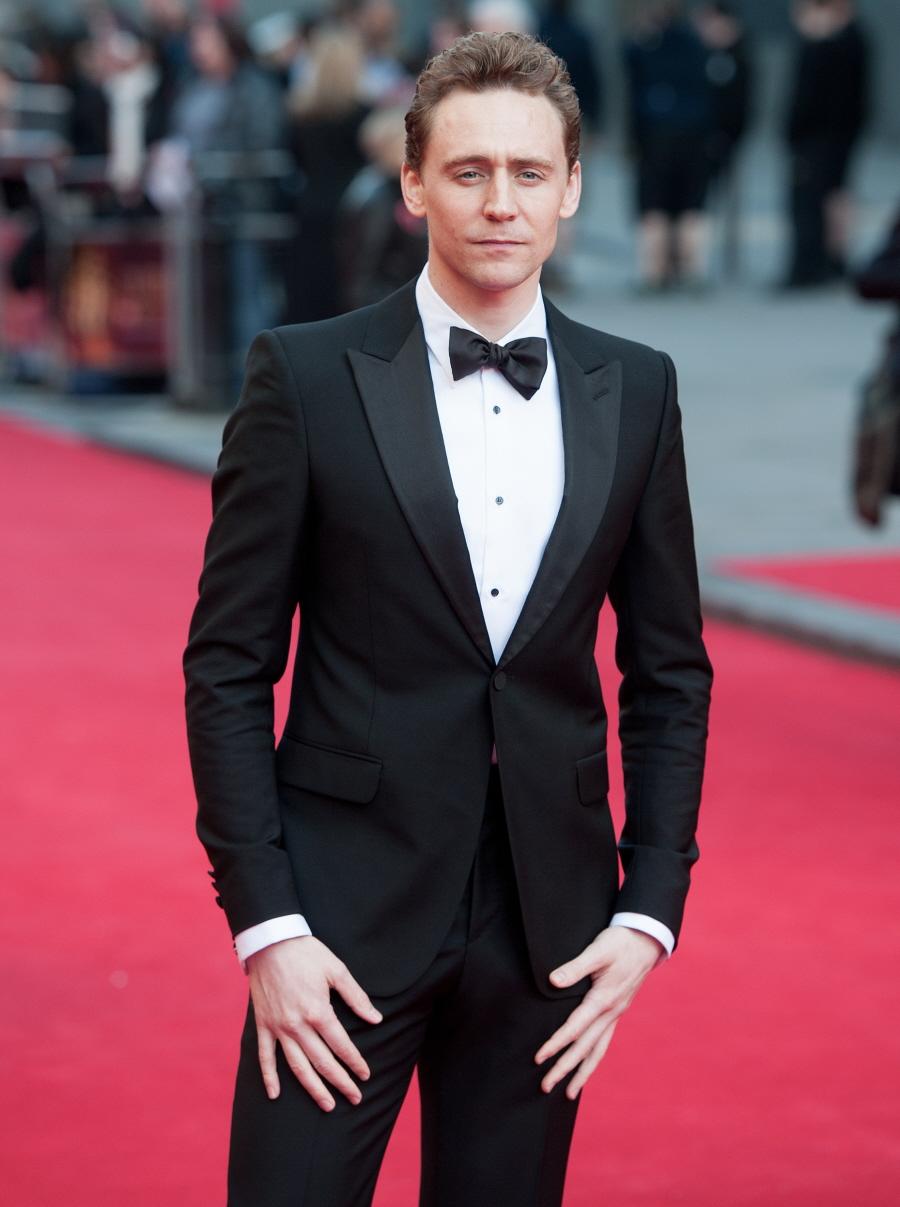Tom Hiddleston Mais um cujo posto permanece intocado. Tom Hiddleston é também um primor de sabedoria e bom gosto na hora de se vestir. Tradições britânicas levadas muito a sério e com enorme estilo.