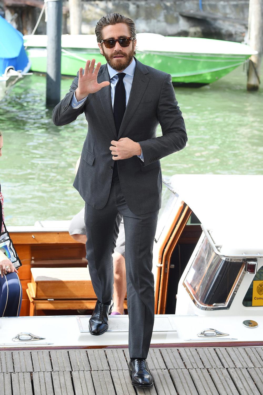 Jake Gyllenhaal Jake voltou com tudo em 2015. Novos filmes, novos personagens e uma nova forma de se vestir. Ternos mais caprichados e costumes mais inspirados. Dignos de um TOP 10.Nós gostamos do resultado. E esperamos mais em 2016.