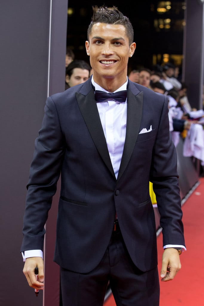 Cristiano Ronaldo Dono de um estilo um tanto quanto polêmico, o futebolista português desfilou um figurino digno de melhor do mundo. Mesmo que tenha ficado com o segundo lugar na eleição.