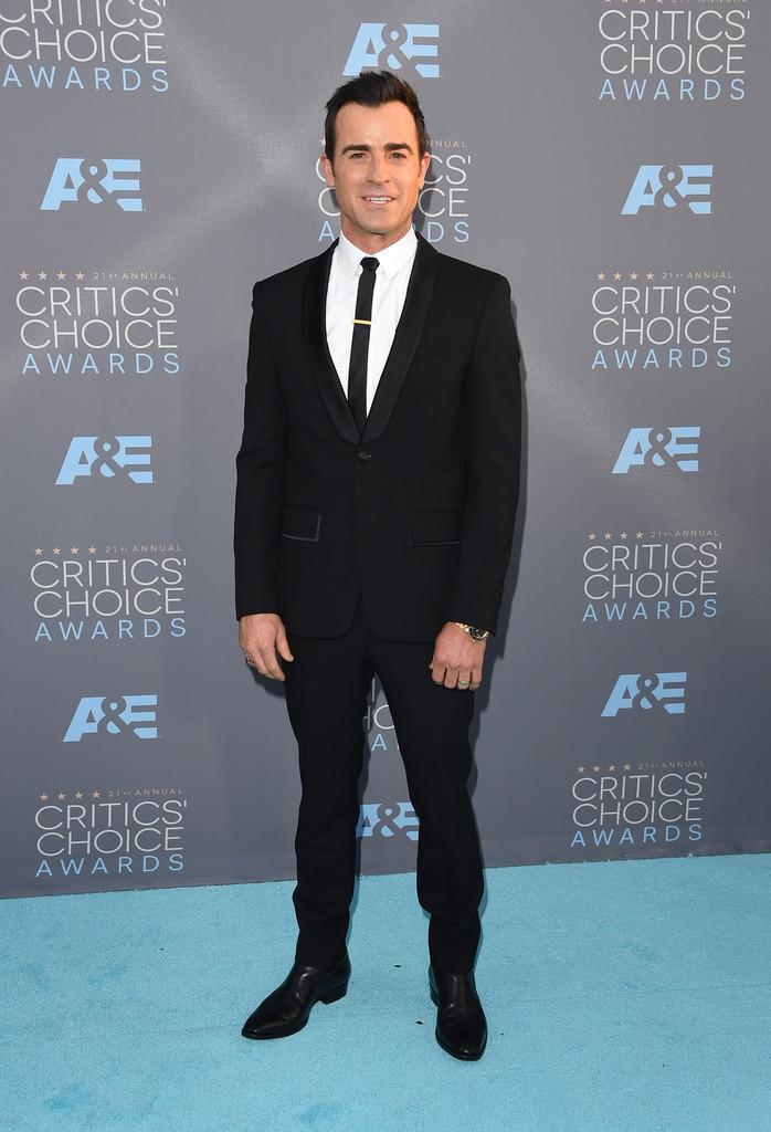 Justin Theroux Retornando ao nosso convívio, Justin mais uma vez desfere o seu estilo  skinny para a noite de prêmios. A bota chelsea foi uma ótima forma de substituir o sapato e ainda imprimir um estilo rock'n'roll para o traje.