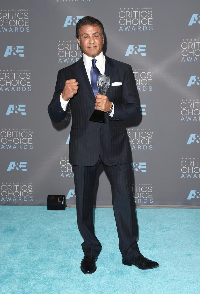 Sylvester Stallone Isso mesmo, vencedor na categoria de Melhor Ator Coadjuvante, o sr. Balboa entrou no ringue vestindo um interessante traje de falsa risca. Devido ao seu tamanho avantajado, o alfaiate fez um bom trabalho para deixar o terno com um aspecto elegante e moderno.