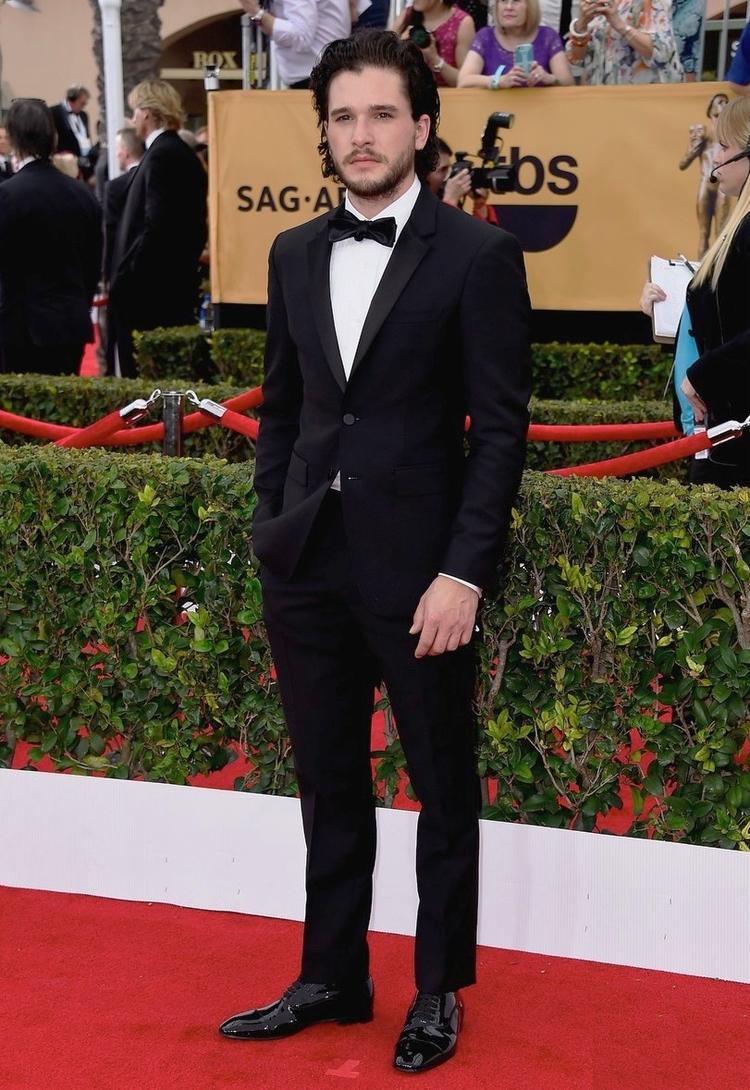 """Se é possível estar bem vestido mesmo usando armaduras e casacos de pele na série """"Game of Thrones"""", o que é um simples tapete vermelho para Kit Harrington? Aliás, simples é a palavra. Smoking clássico, sem deslizes e exageros. Ou seja, perfeito."""