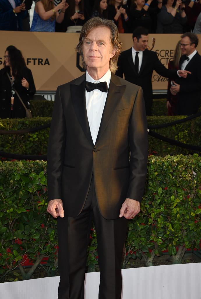 Nem sempre o evento  black tie requer que o traje seja preto. Vejam William Macy, por exemplo. Elegante e discreto e mesmo fugindo do preto, completamente dentro do padrão do tapete vermelho.
