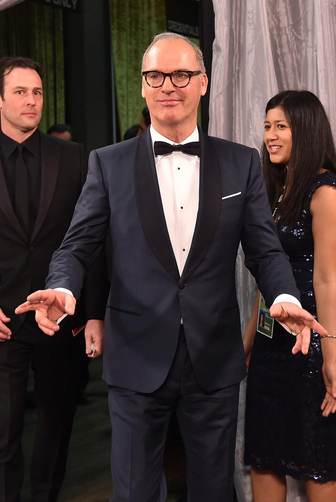 De alguns anos para cá, Michael Keaton vem mostrando que mesmo homens mais 'experientes' podem vestir trajes elegantes e ajustados. Reparem no primor de caimento das medidas do paletó. Impecável, podemos classificar.
