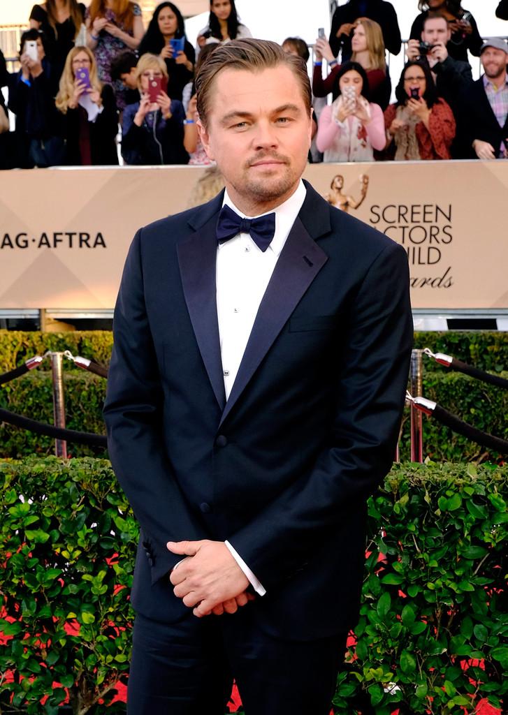 Grande vencedor da noite (uma prévia do Oscar, ao que tudo indica), Leonardo DiCaprio mais uma vez investiu no simples. Smoking marinho, com detalhes na lapela e o mesmo topete e barba por fazer que já conhecemos. Um clássico vencedor.