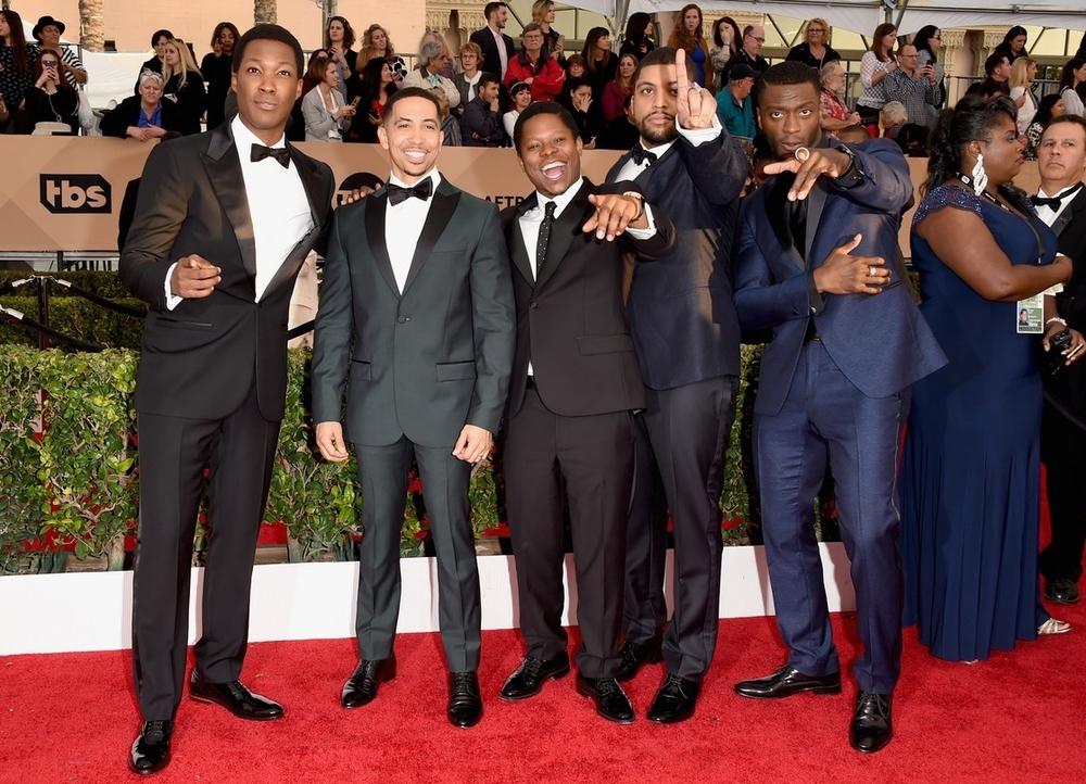 """Finalizando a nossa galeria com o quinteto do filme """"Straight Outta Compton"""". Além das poses, os caras também variaram as cores, os formatos e os estilos. Tudo bem. Todos estavam impecáveis e chamaram a atenção não apenas pelo humor e originalidade, mas pelo bom gosto e elegância."""