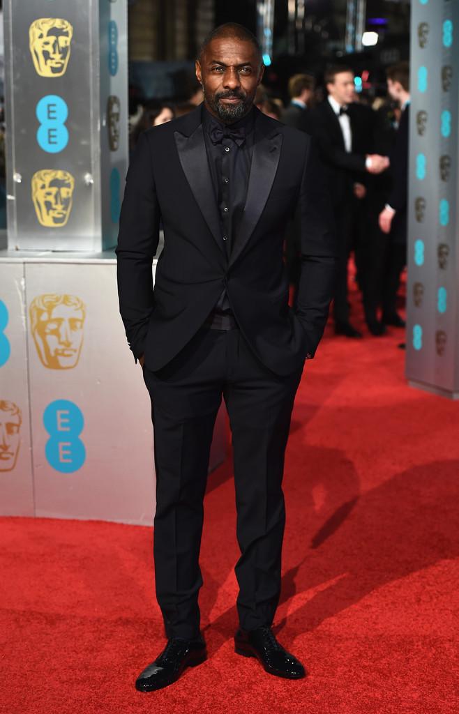 Finalizando a nossa galeria, um exemplo de como é possível vestir apenas um tom e ainda permanecer elegante. Idris Elba investiu num smoking de lapela peak para combinar com o a camisa e a gravata. Tudo preto. Tudo perfeito.