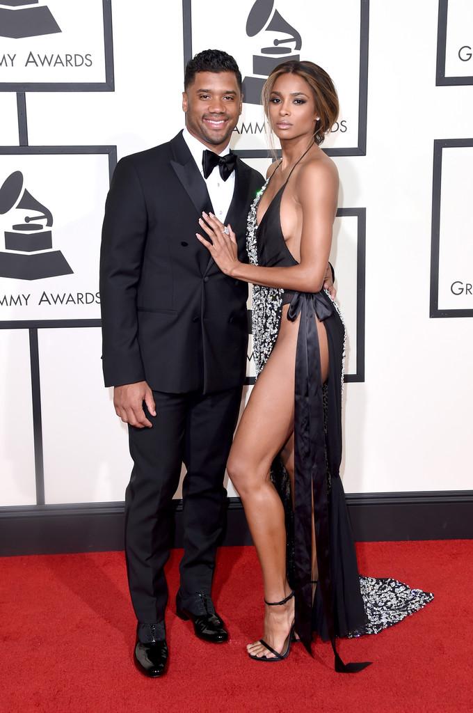 Russell Wilson, apesar de não fazer parte da cena musical diretamente (ele é jogador profissional de futebol americano), foi um dos destaques do Grammy. Blazer transpassado tão bem cortado quando o vestido da namorada (Ciara) ao lado.
