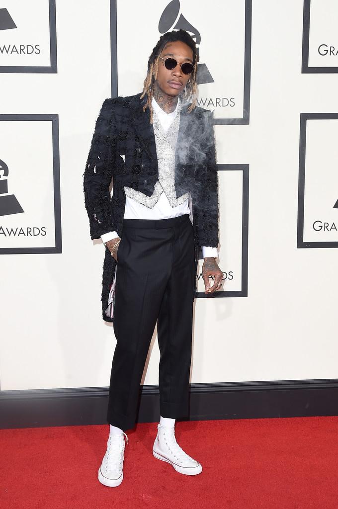 Sim, nós apontamos ele como um dos caras mais elegantes de 2015. Não era brincadeira nem nada digno de arrependimento. O cara sabe se vestir. Acontece que de vez em quando ele faz isso. De positivo tiramos o bom humor para vestir algo assim em pleno tapete vermelho do Grammy.