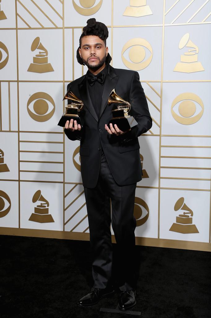 Astros do hip-hop nem sempre são o melhor exemplo de elegância e bom gosto. Mas The Weeknd não. Na noite de ontem o grande nome do gênero nos últimos tempos vestiu um belíssimo smoking com camisa e gravata pretas. Nos pés, sapato, e não tênis.