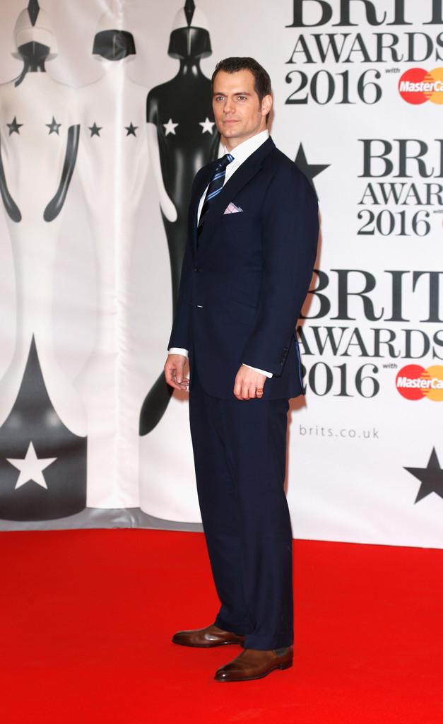 Henry Cavill, outro vindo do cinema, também caprichou no traje. O Super-Homem investiu em um terno marinho combinado com uma bela gravata e um ótimo lenço de lapela. O sapato marrom combinou perfeitamente.