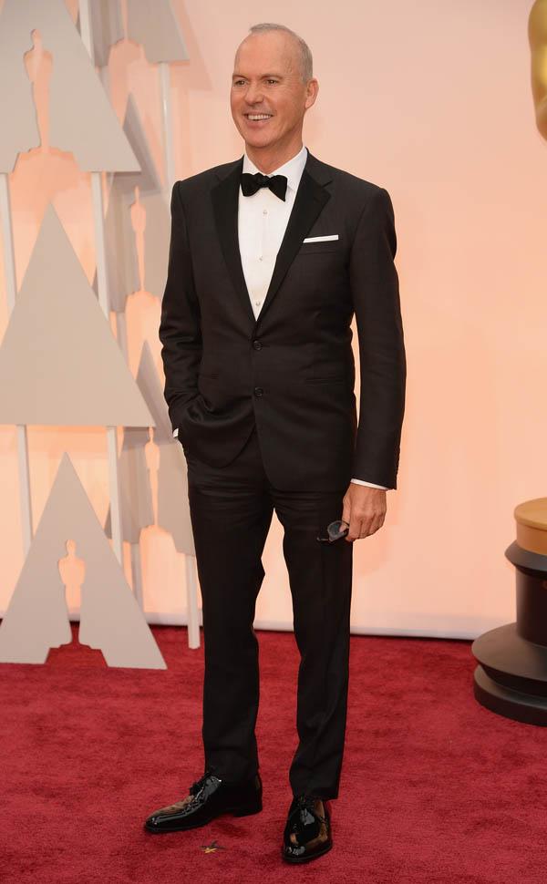 Michael Keaton, voltamos a dizer, é uma tremenda referência par homens acima dos 50 anos. A atenção com o corte e as medidas do traje não precisa diminuir com a idade. Michael, somos seus fãs!