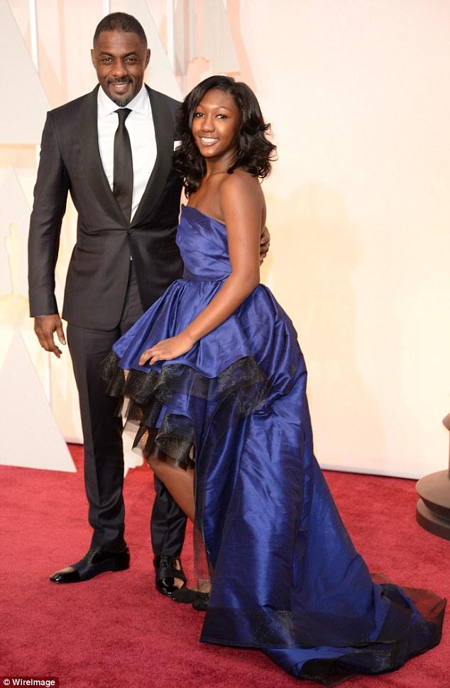 Idris Elba, diferente da maioria, não optou pela gravata borboleta. Tudo bem. O traje em tons escuros e de caimento elogiável, ajudou a deixar o ator britânico mais uma vez extremamente charmoso.