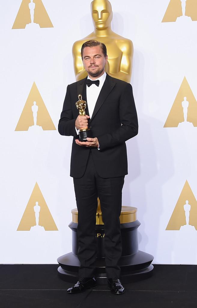 Fechando a nossa galeria com o grande nome da noite. Leonardo DiCaprio venceu o Oscar de Melhor Ator e novamente esteve impecável ao desfilar pelo tapete vermelho. DiCaprio não é apenas um dos grandes atores da história. É também um exemplo de que simplicidade, postura,carisma e bom gosto podem deixar um homem muito elegante.