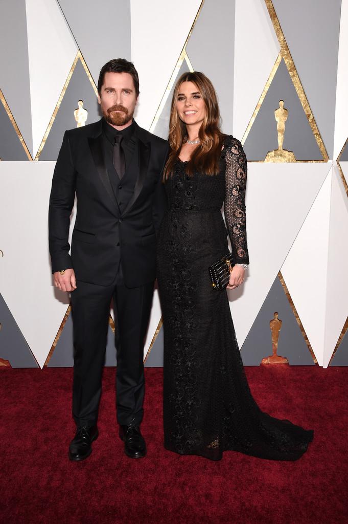Christian Bale novamente investiu na combinação de cor sobre cor. Tudo bem, ainda mais quando o traje está tão bem cortado e nas medidas certas.