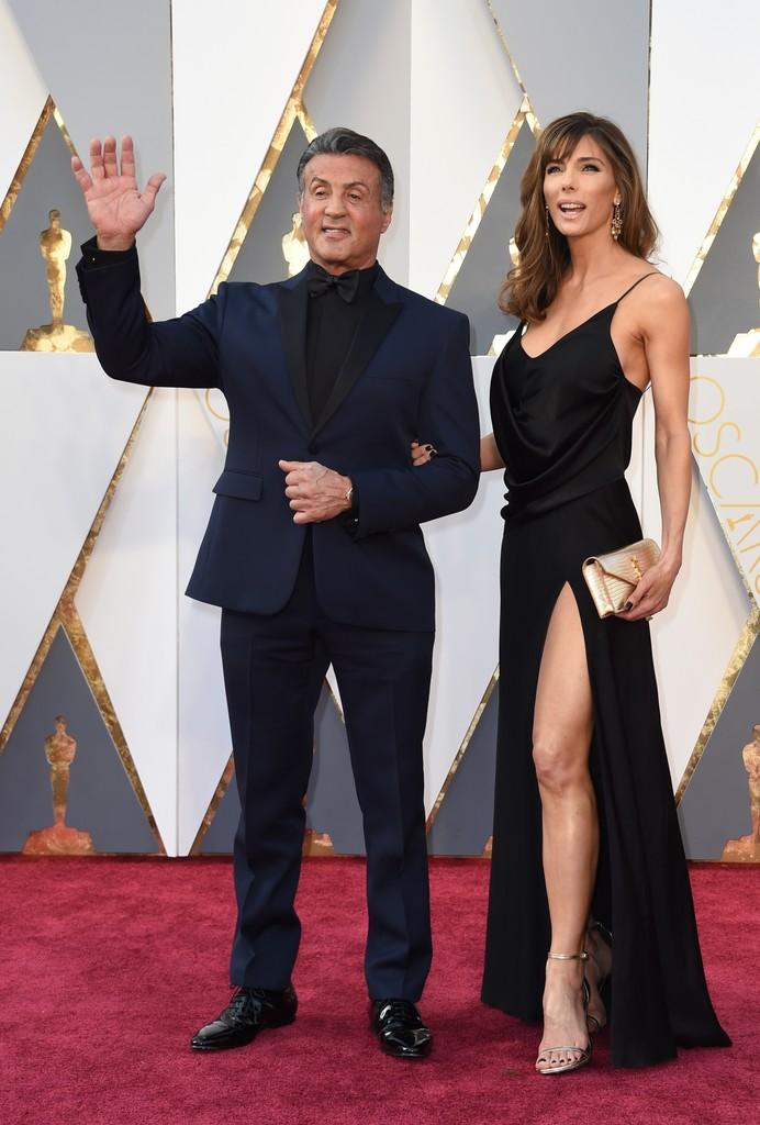 """Azul e preto combinam. Vejam Sylvester Stallone, por exemplo. Duas cores e mais nada. Atenção para a diferença que um traje sob medida deixa até um senhor """"corpulento"""" como o Stallone, impecável."""
