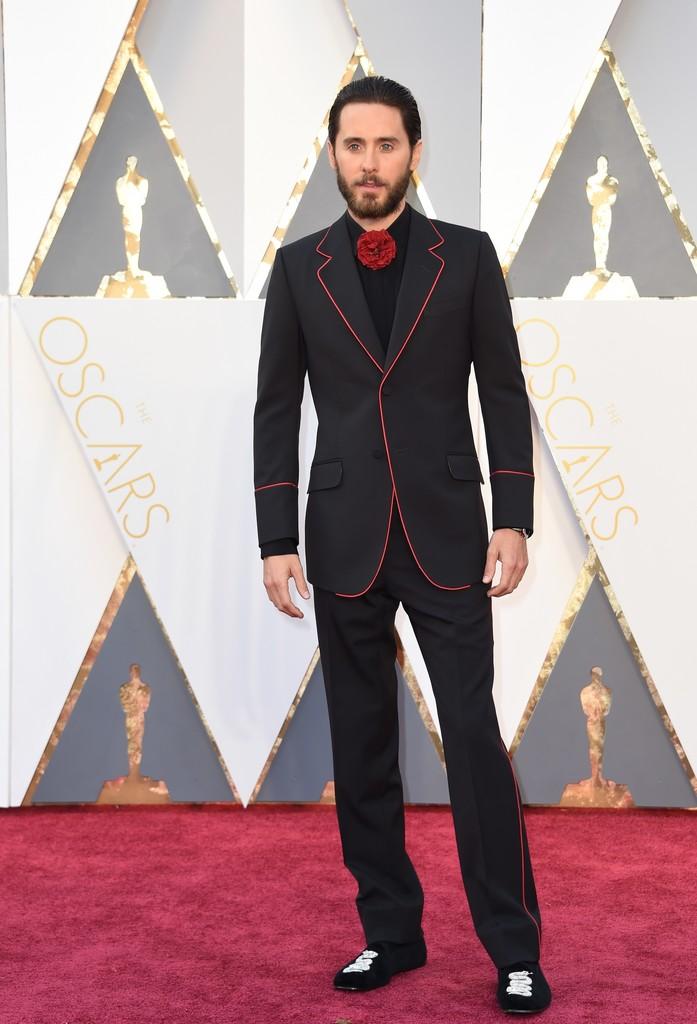 E lá vem o Jared Leto com mais um costume inusitado. Flor no lugar da gravata e um slipper bordado... Não são as nossas escolhas favoritas, mas o rapaz tem crédito de sobra.